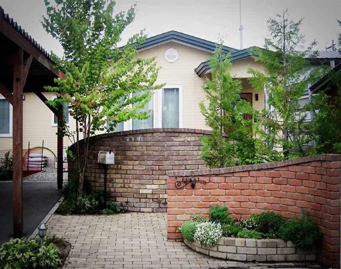 レンガによるウォールと門柱とアプローチと花壇 植栽:ヤマモミジ・カツラ他