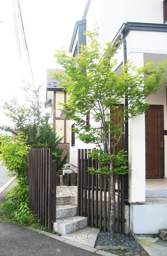 千本格子フェンスと石張階段 植栽:ヤマモミジ・ミツバウツギ他