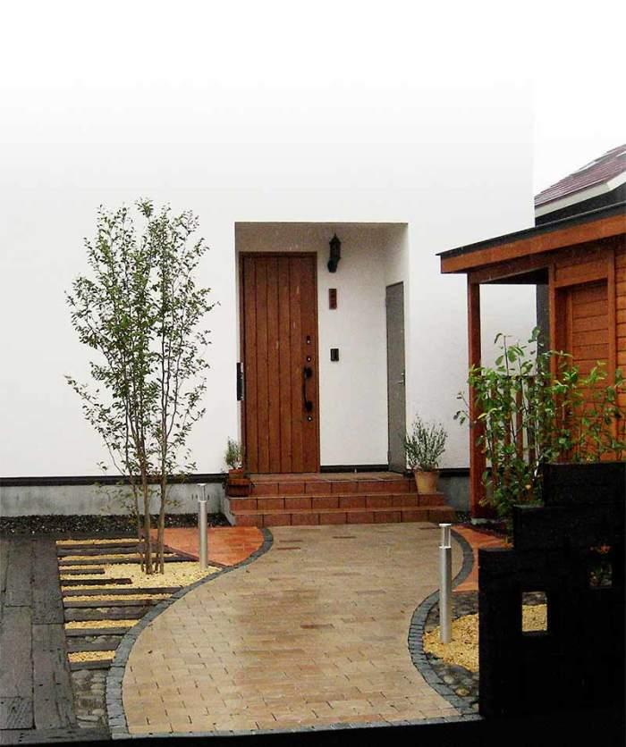 レンガのアプローチ 植栽:ナツツバキ・ヤマボウシ他