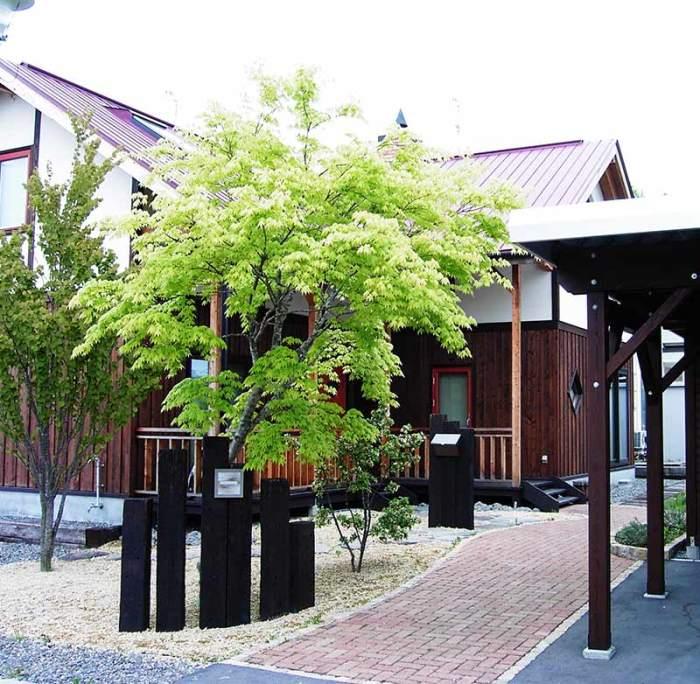 枕木の門柱 植栽:ヤマモミジ