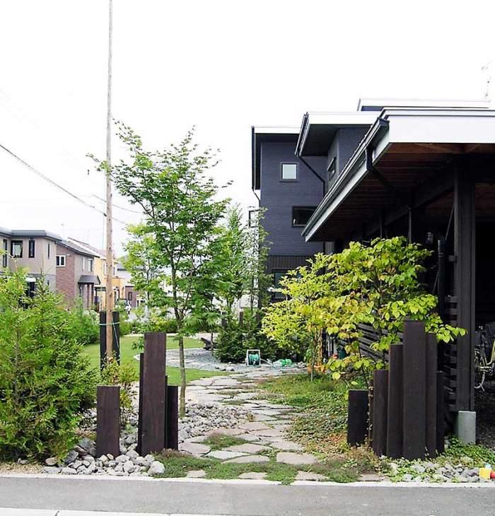 枕木門柱と鉄平石アプローチ 植栽:ヤマモミジ他