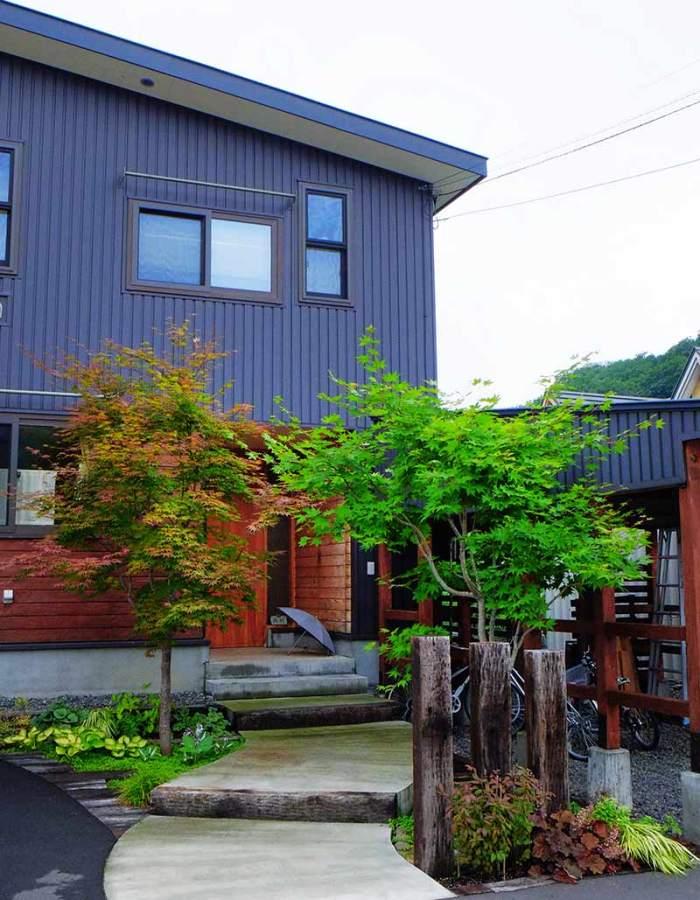枕木門柱と土間コンの階段状アプローチ 植栽:ヤマモミジ他