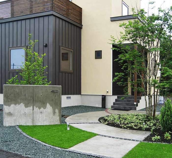 コンクリート門扉と土間コンアプローチ 植栽:ヤマモミジ他