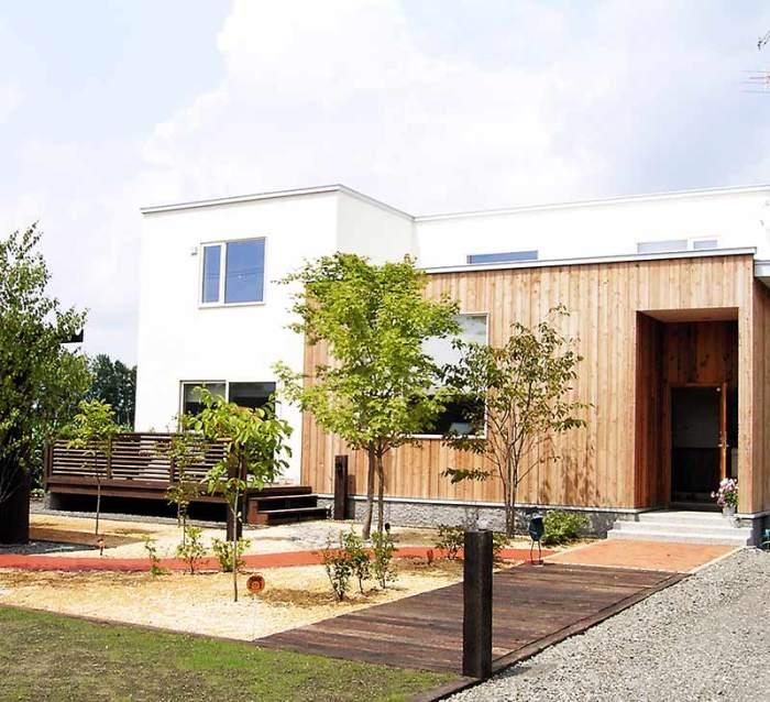 枕木とレンガのアプローチ 植栽:クロビイタヤ他